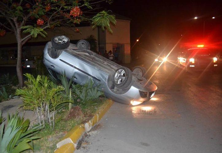 Fernando, el conductor del vehículo volcado, salió resultó ileso del aparatoso accidente. (Redacción/SIPSE)