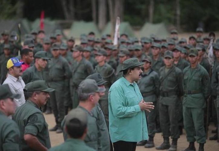 El viceministro de Servicios, Personal y Logística de Venezuela, Pedro Castro, publicó una foto en su Twitter del presidente Nicolás Maduro donde habla con miembros del Ejército. (twitter.com/PedroCastroRo)