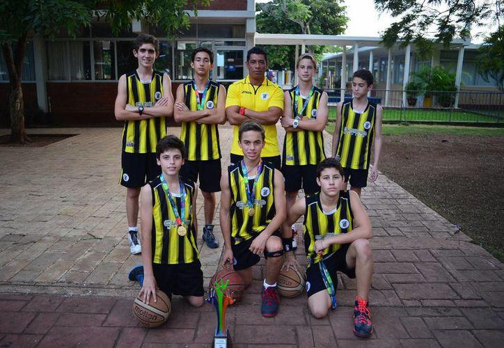 Casi todos los deportistas del Instituto Cumbres Yucatán regresaron con alguna medalla del Torneo de la Amistad. En esta foto, el equipo de basquetbol. (Milenio Novedades)