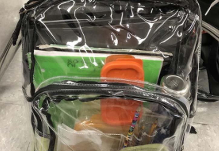 Los alumnos del instituto Marjory Stoneman Douglas recibieron bolsas y mochilas gratis. (Twitter)