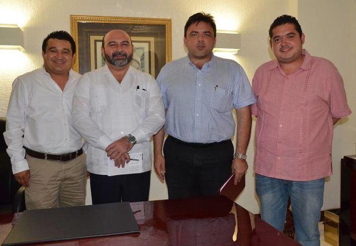 Los diputados Luis Manzanero Villanueva, Luis Hevia Jiménez, el secretario de Finanzas, Roberto Rodríguez Asaf, y el legislador Bayardo Ojeda Marrufo, en la reunión de este martes. (SIPSE)