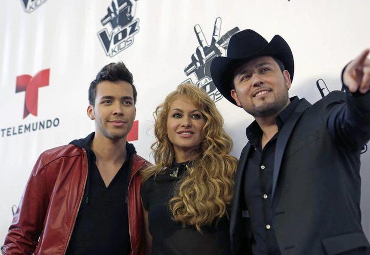 """Prince Royce, Paulina Rubio y Roberto Tapia posan para los fotógrafos durante la presentación de """"La Voz Kids"""", ayer en Miami, Florida. (AP)"""