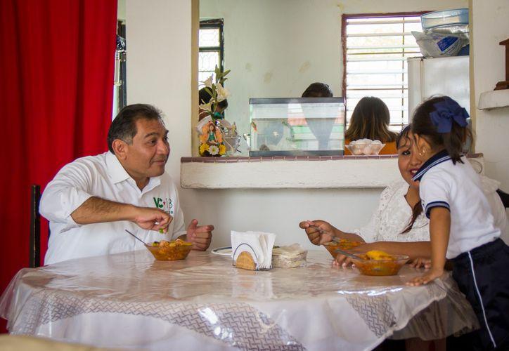 El candidato de la coalición Todos por México fue recibido por la señora Canul Bautista en su domicilio. (Milenio Novedades)