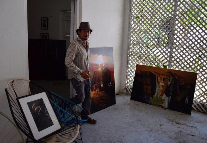 Luis Alonso Anaya prepara las imágenes que se expondrán desde mañana. (Luis Pérez/SIPSE)