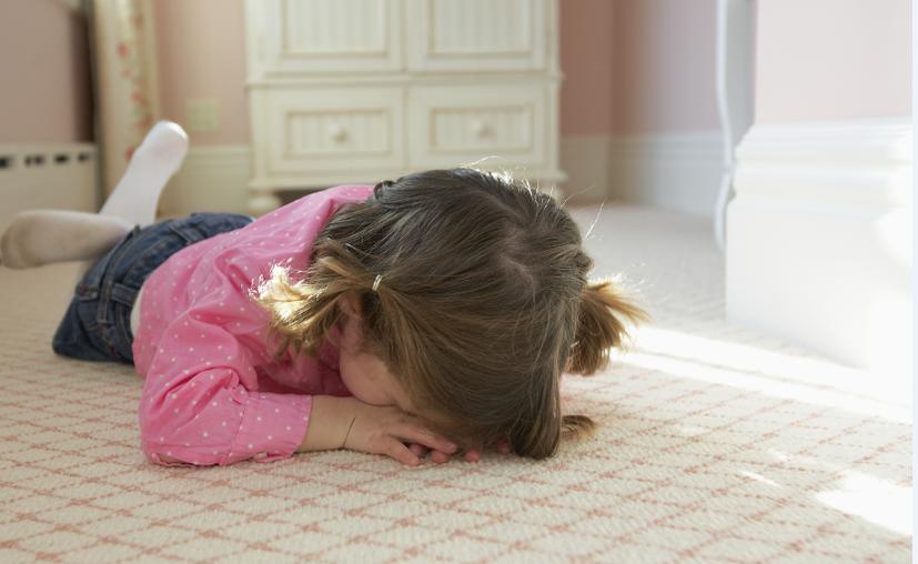 Para evitar berrinches aparatosos de niños en eventos públicos, basta con tomar medidas preventivas simples, como hablar tranquilamente con ellos. (Contexto/Internet)
