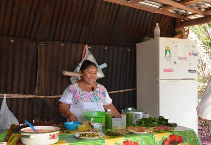 Doña Sofia prepara algunos platillos para su familia. (Eddy Bonilla/SIPSE)