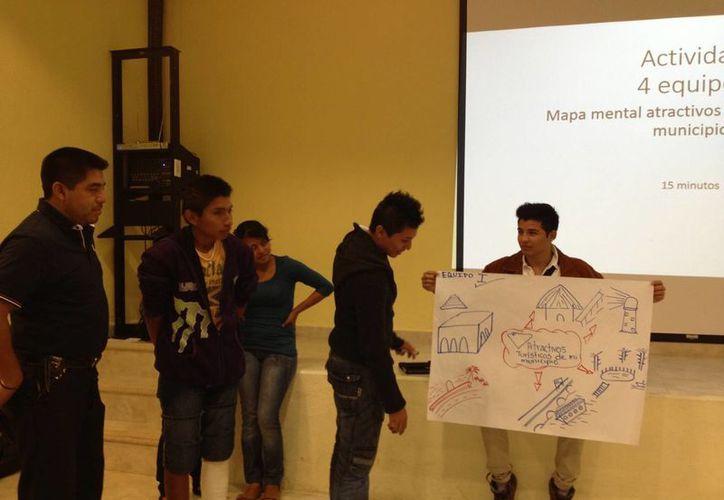 Mediante el taller impartido por la API, los estudiantes se dieron cuenta de cómo combinar el turismo con el respeto al medio ambiente. (Manuel Pool/SIPSE)