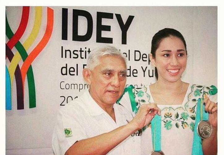 Karem Achach presumió sus dos medallas plateadas al titular del Idey, Juan Sosa Puerto. (Twitter.com/@karemachach)