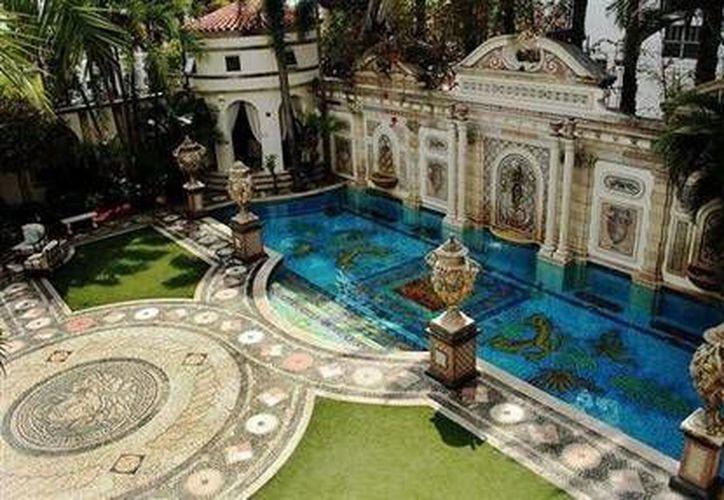 La mansión tiene 10 habitaciones, 11 baños y una piscina con mosaicos bordeada con oro de 24 kilates. (Agencias)
