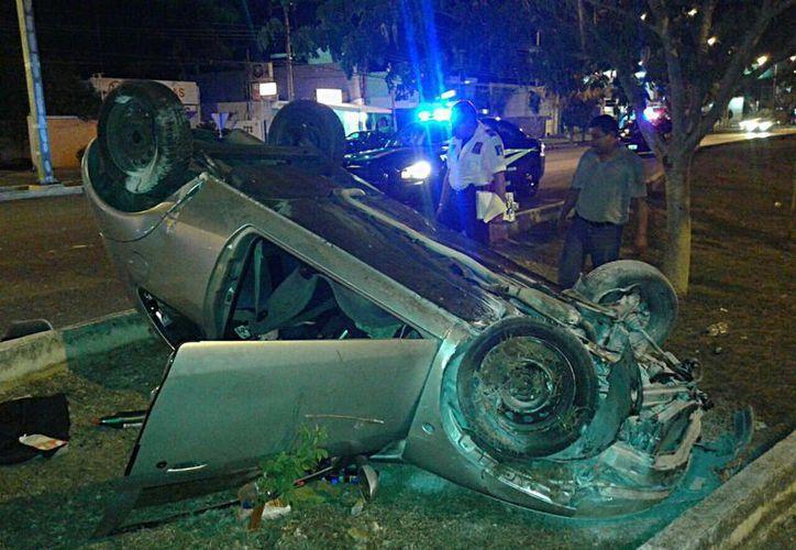 Imagen del vehículo donde viajaba la pareja de enamorados que se accidentó por el rumbos de Altabrisa. (Cuauhtémoc Moreno/SIPSE)