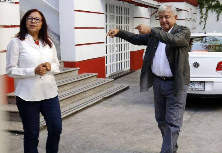 Cientos de personas acuden a la casa de campaña de AMLO con la ilusión de que el virtual presidente resuelva los problemas. (Foto: Notimex)
