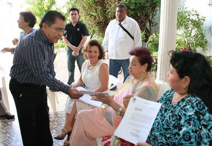 Doña Judith Pérez recibiendo la carta de notificación. (Cortesía)