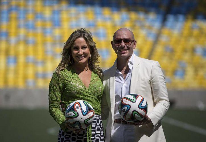 El rapero Pitbull y la cantante brasileña Claudia Leitte posaron en el estadio de Maracaná, en Río de Janeiro, donde anunciaron que junto con Jennifer López interpretarán la canción oficial del Mundial de Brasil 2014. (Agencias)