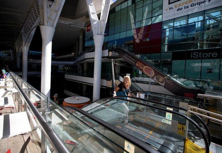 La suspensión de la energía eléctrica en los centros comerciales venezolanos afectará los servicios como bancos y tiendas. (AP