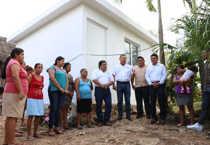 El alcalde acudió al poblado para realizar las entregas. (Raúl Balam/SIPSE)