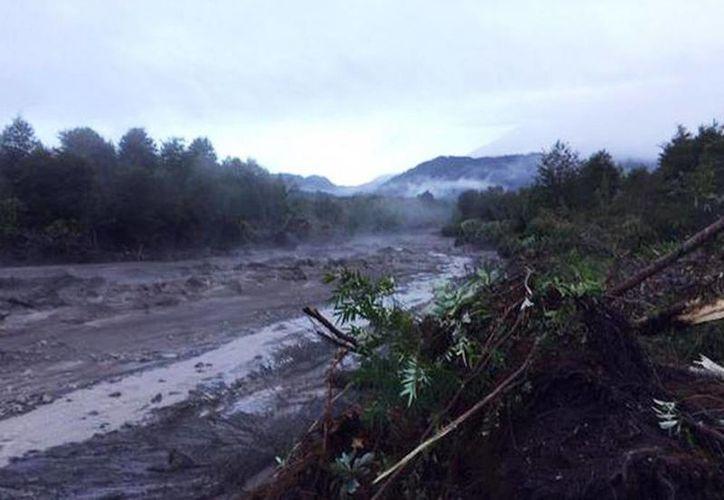 Volcán Calbuco provocó desborde de Río Blanco en sector de Lago Chapo. (@latercera)
