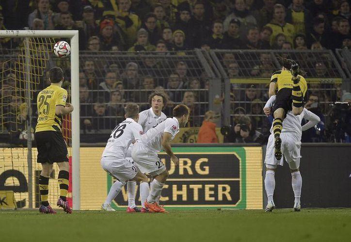 El serbio Neven Subotic (d) al momento de anotar uno de los goles de Borussia Dortmund sobre Mainz, en la Liga de Alemania. (Foto: AP)