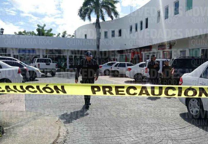 Autoridades policíacas acudieron a verificar el asalto al banco. (Eric Galindo/SIPSE)