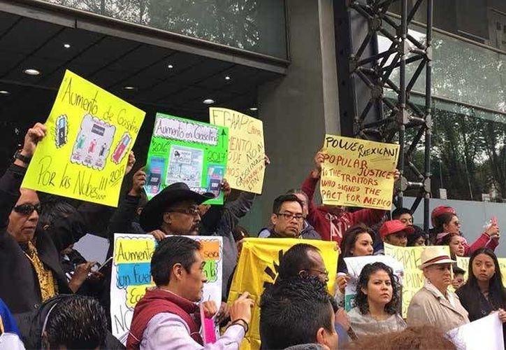Aspecto de la protesta realizada por perredistas en la sede de la Secretaría de Energía, el viernes 30 de diciembre de 2016. (Foto: Jorge González/Excélsior)