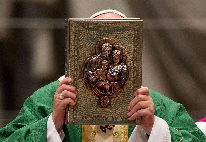 En el inicio de un Sínodo, el Papa Francisco dijo que la Iglesia Católica no debe juzgar a los divorciados y vueltos a casar, por lo que pidió acercarse a ellos. (AP)