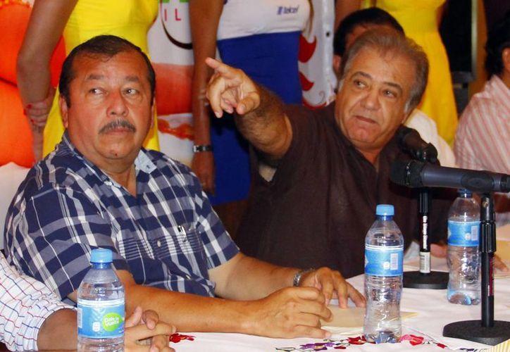 El presidente del Instituto Promotor de Ferias (der.) dice que aún se analiza el cambio de derrotero. (Carlos Albornoz/SIPSE)