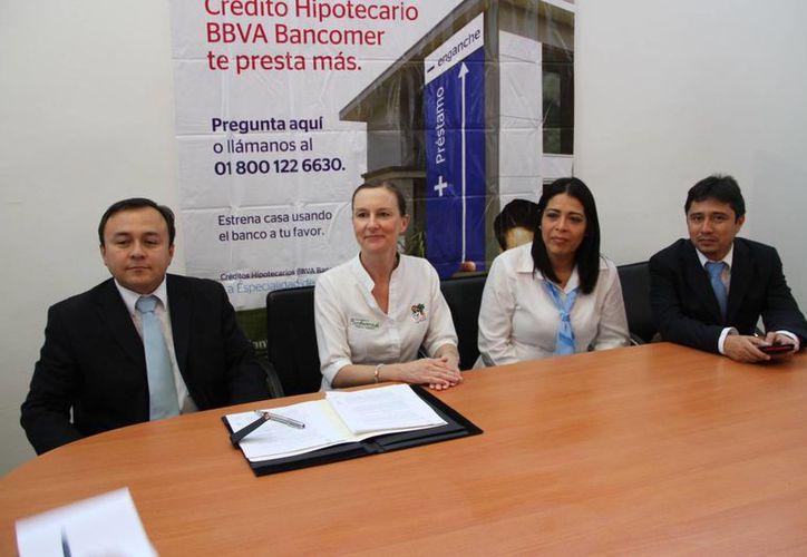 Firman convenio entre la Inmobiliaria Villas Morelos y el banco BBVA Bancomer. (Tomás Álvarez/SIPSE)