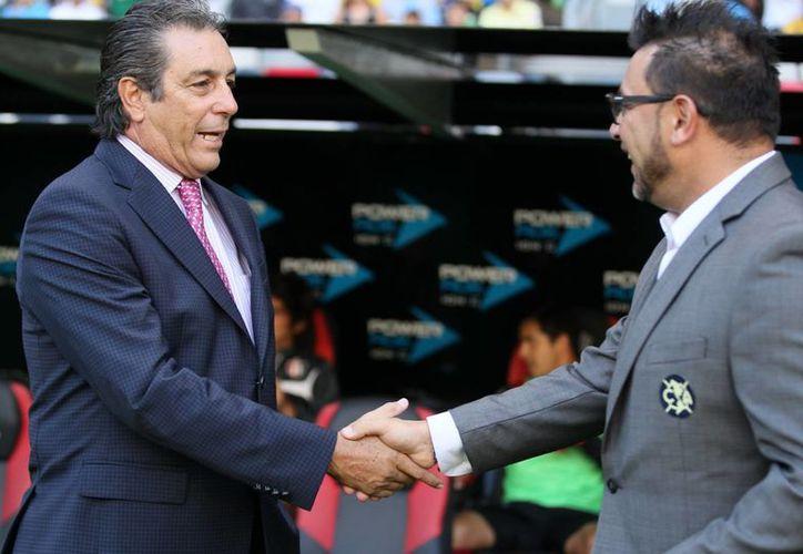 Tomás Boy (i) seguirá como técnico del Atlas. En la foto saluda a Antonio Mohamed, entrenador de Águilas del América. (Foto de archivo de Notimex)
