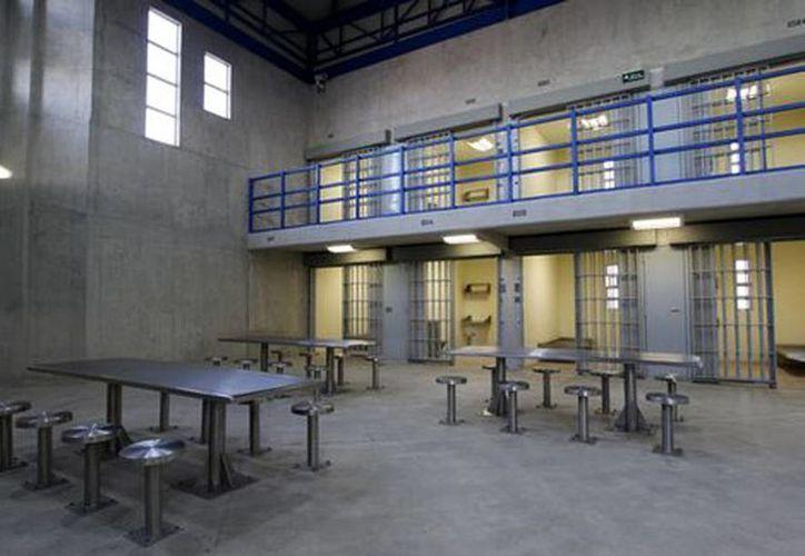 En el acceso principal, un grupo de por lo menos cinco agentes de la Policía Federal recibirá a las personas. (Milenio)