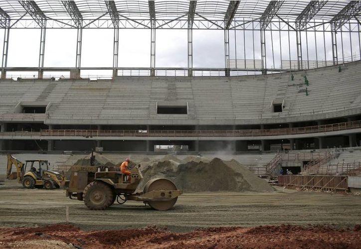 Otra muerte, la de un obrero en el estadio Amazonia, manchó la organización del Mundial de Futbol del próximo año en Brasil. Imagen del estadio sede de la Copa del Mundo Brasil 2014 quese construye en Curitiba, en donde los obreros se fueron a la huelga por falta de pago de salarios. (Agencias)