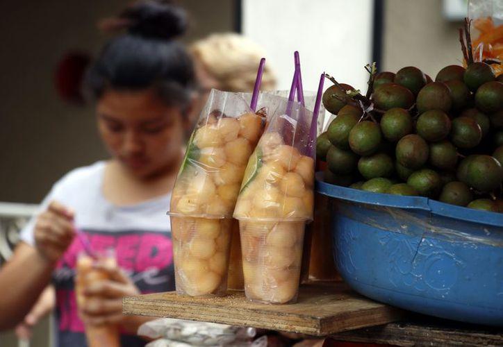 A pesar de su sabor al comer un 'xec', la pepita de la huaya es resbaladiza y puede causar obstrucción. (Foto: José Acosta/ Milenio Novedades)