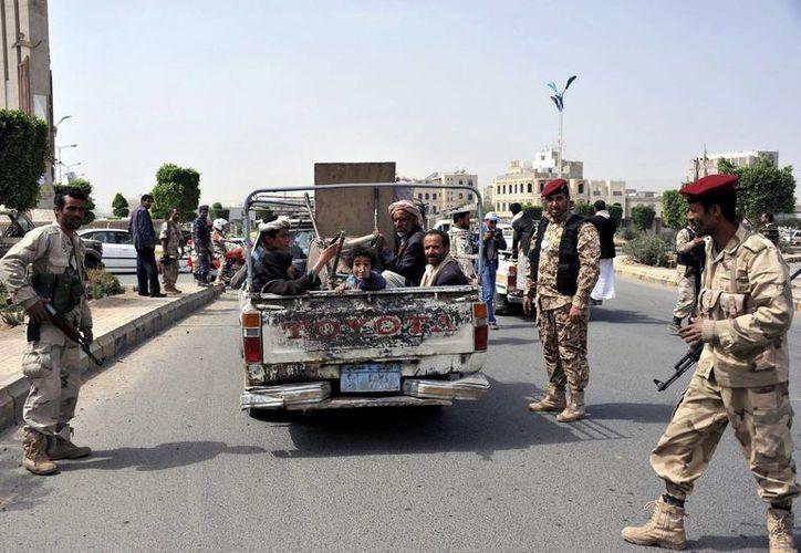 Varios soldados yemeníes hacen guardia en un punto de control en una calle de Saná, Yemen. (EFE/Archivo)