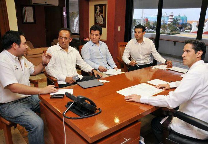 El alcalde, el director de Operaciones del Grupo Inmobiliario y el gerente general de Plaza Punta Langosta. (Cortesía/SIPSE)