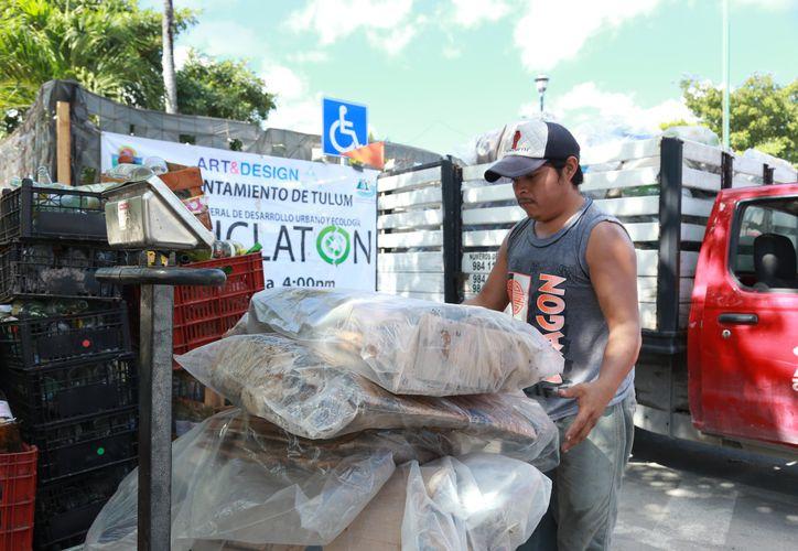 """En el """"Reciclatón"""" se recibió vidrio, plástico, papel, cartón, mesas y sillas, entre otras cosas. (Foto: Redacción)"""
