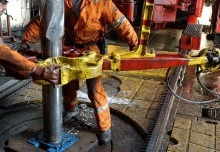 En el tercer trimestre del año, la petrolera reportó que la producción de gas natural cayó 3.5 por ciento en comparación con el mismo periodo de 2014. (Archivo/Agencias)