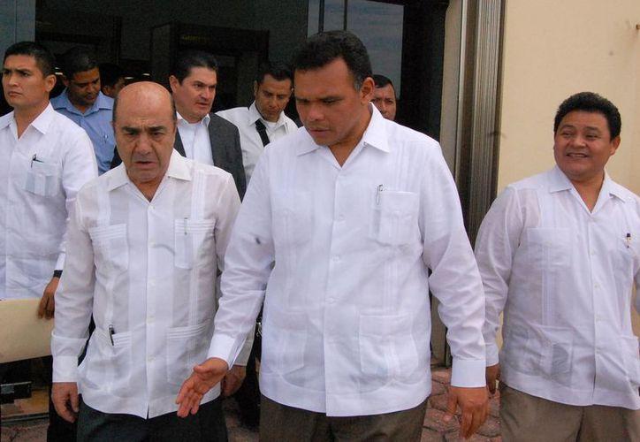 El procurador Murillo Karam, el gobernador Rolando Zapata y el nuevo delegado, Juan Manuel León León. (Wilberth Argüelles/SIPSE)