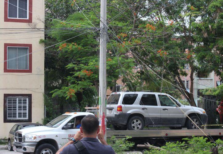 La policía decidió llevarse el vehículo con una grúa, para evitar alterar las pruebas. (Redacción/SIPSE)