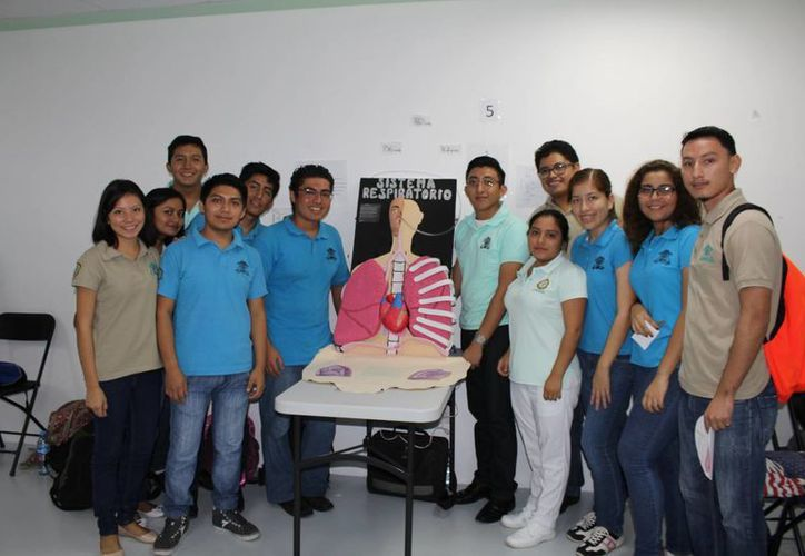 Alumnos de la Universidad de Quintana Roo se preparan para feria de salud. (Ángel Castilla/SIPSE)
