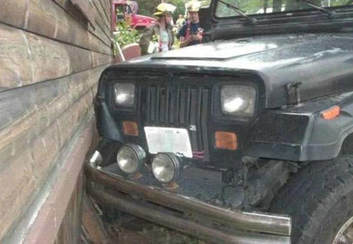El vehículo rodó por la calle y chocó con la casa de un vecino donde causó daños menores. (Agencias)