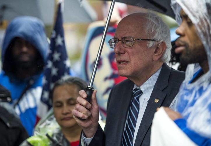 """Foto del candidato demócrata a la presidencia de EU Bernie Sanders (c), a quien el grupo de """"Millonarios Patrióticos"""" apoya en su propuesta de para incrementar el salario mínimo federal por primera vez desde 2007. (Archivo/EFE)"""