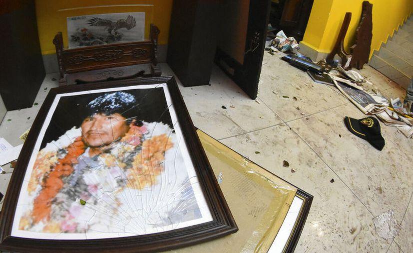 """""""Asimismo, grupos violentos asaltaron mi domicilio. Los golpistas destruyen el Estado de Derecho"""", afirmó el ex presidente Evo Morales. (AP)"""