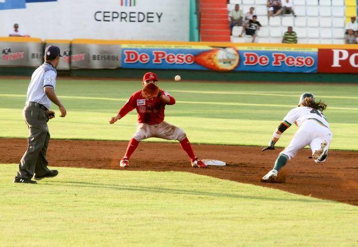 El melenudo Francisco Lugo va en pos de la intermedia ayer en el encuentro entre Leones de Yucatán y Rojos del Águila. (Milenio Novedades)
