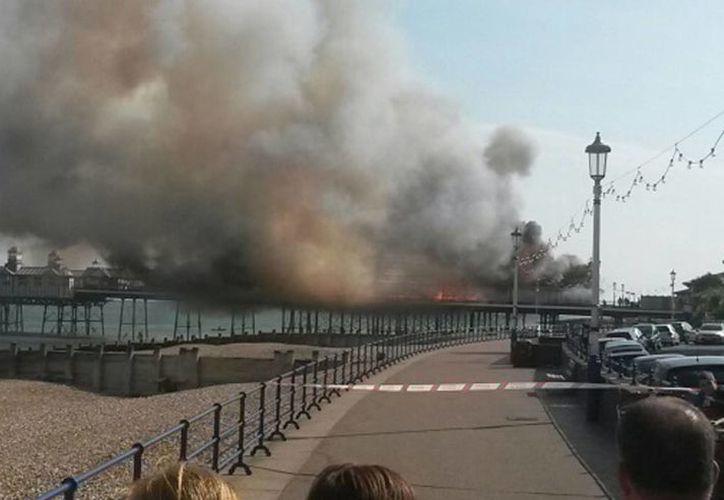 Aspecto del fuego registrado en el muelle histórico de Eastbourne, en Sussex del Este. (Foto de AP)