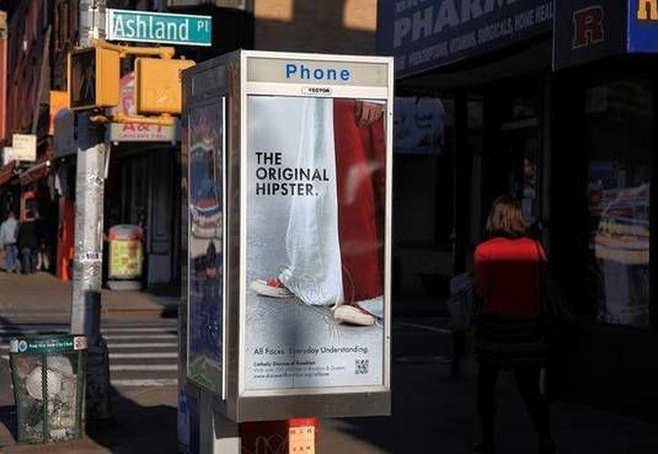 """""""¿Tienes necesidad de mejores costumbres? Ven a misa"""", se lee en los afiches publicitarios. (wsj.com)"""