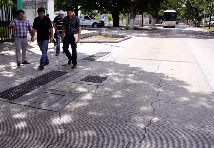 Integrantes de la agrupación civil Acciones Líderes recorrieron la zona dañada de la calle 60. (Milenio Novedades)