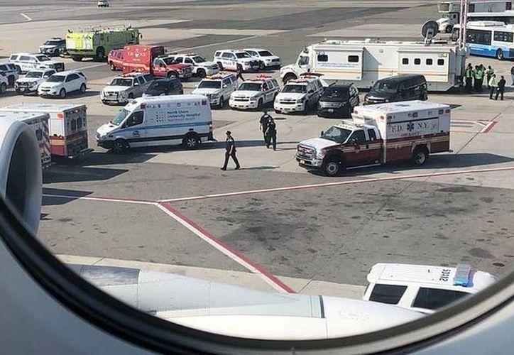 Uno de los pasajeros ha publicado en su cuenta de Twitter fotos tomadas a través de la ventanilla en las que se ve una decena de vehículos de servicios de emergencia. (RT)