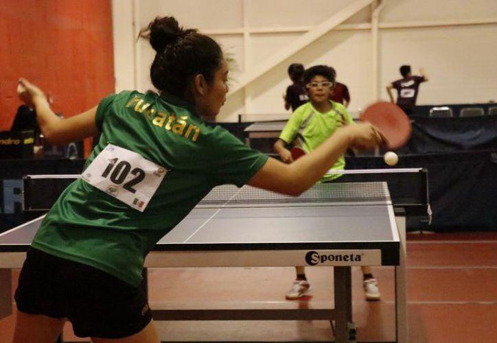 El ping pong es de por sí emocionante, pero en el torneo que se desarrolla en Mérida lo es aún más. (José Acosta)