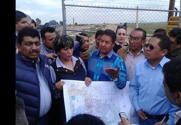 La alcaldesa de Texcoco, Delfina Gómez Álvarez, realizó un recorrido por la autopista Peñón – Texcoco y por los terrenos que serían ocupados para el nuevo aeropuerto. (Javier Salinas/jornada.unam.mx)