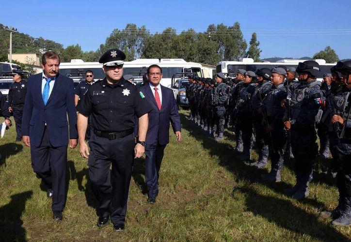 Manelich Castilla Craviotto (c) durante la llegada de la Gendarmería a Valle de Bravo. (Notimex)