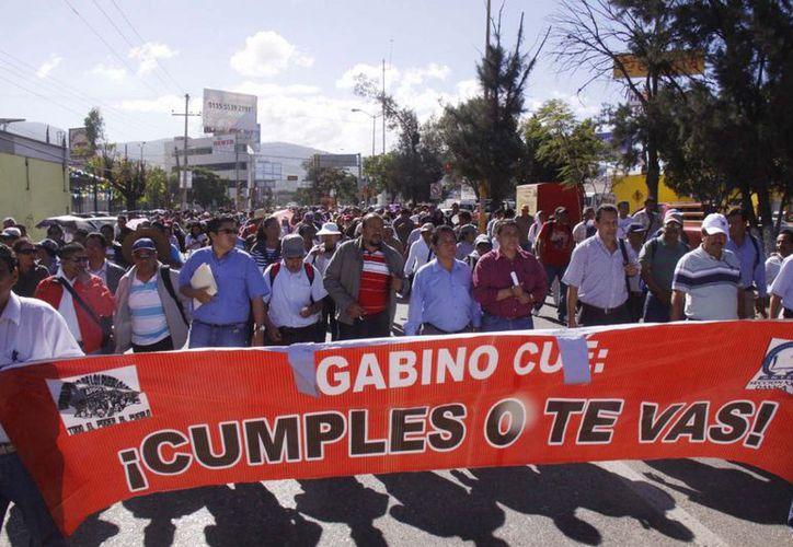 En tanto, maestros del SNTE exigen al Gobernador el pago correspondiente al aguinaldo. (Notimex)