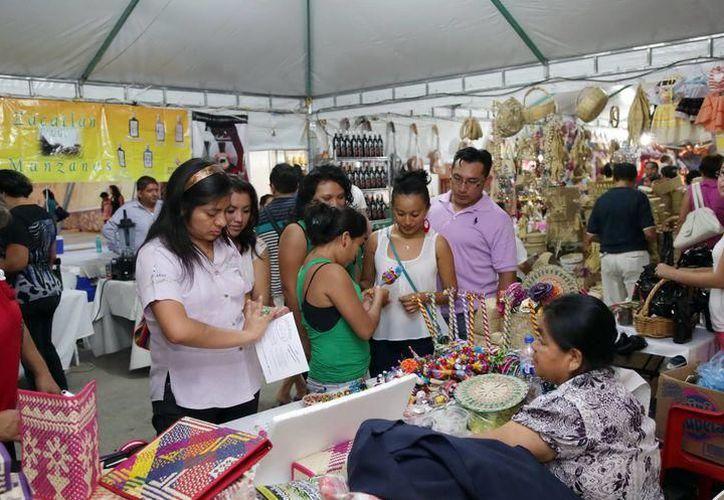 En la Feria Tunich los artesanos yucatecos mostrarán su trabajo con hamacas, alfarería, joyería, dulces, licores, jarabes yucatecos, bolsas y textiles de diferente variedad. (Foto: Archivo/ Milenio Novedades)